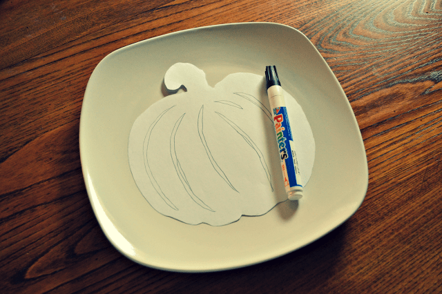 Halloween silhouette plates are aninexpensive and incrediblyeasy way to decorate your homethis Halloween season.