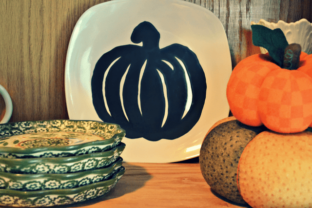 Halloween silhouette plates are an inexpensive and incredibly easy way to decorate your home this Halloween season.
