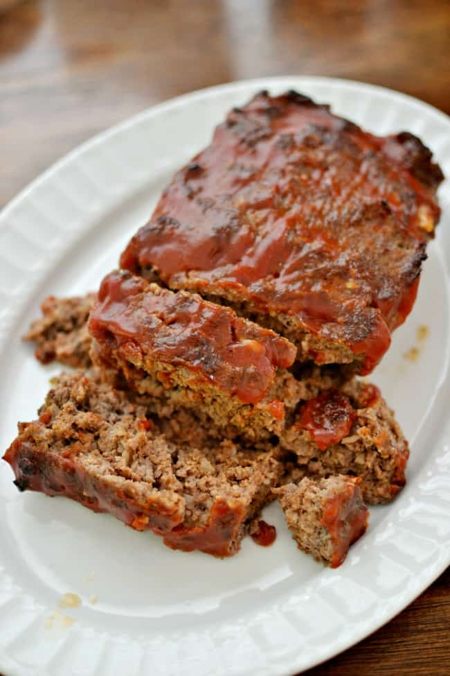 This quick easy meatloaf recipe is made with just a few simple ingredients but with a whole lot of tasty flavor. #hamburgerrecipes #meatloaf #easymeatloafrecipe #meatloafrecipes