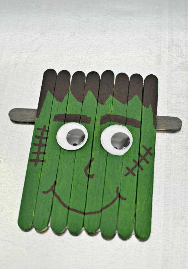 This little popsicle stick Frankenstein is perfect for crafting with your kids this Halloween. You can also attach a magnet and hang him on your fridge. #Halloween #Frankenstein #PopsicleStickCrafts #kidcrafts #crafts