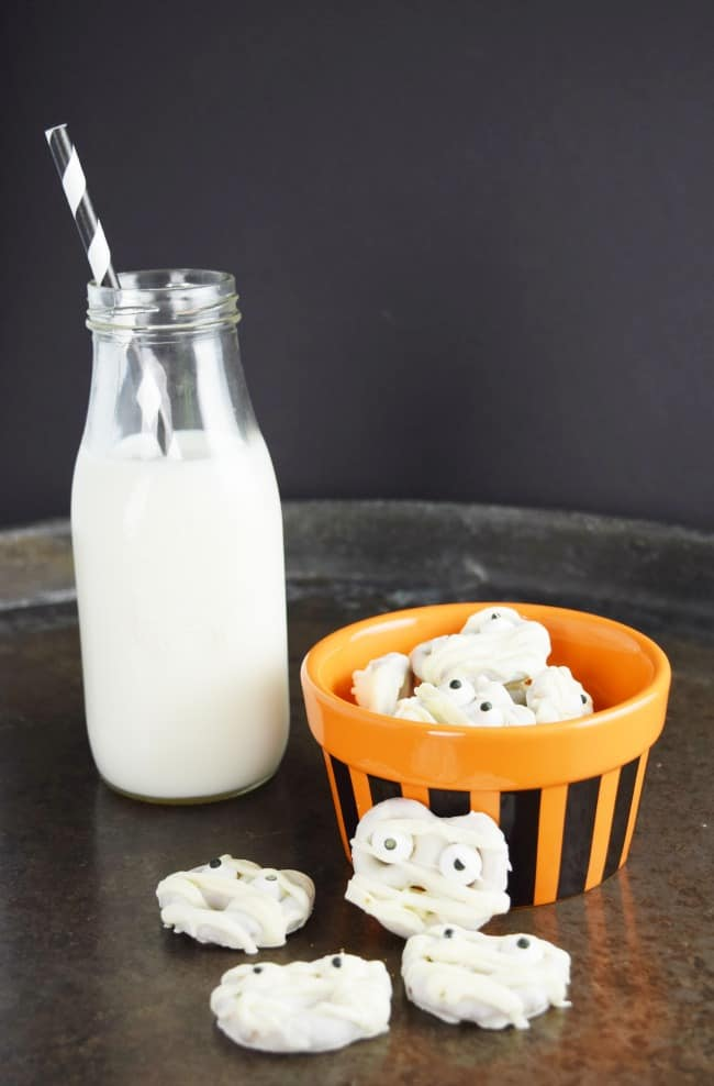 Mummy Pretzel Bites are a yummy treat for your little goblins. The sweet of the white chocolate mixed with the saltiness of the pretzel makes for one tasty bite. Perfect for your next Halloween party!